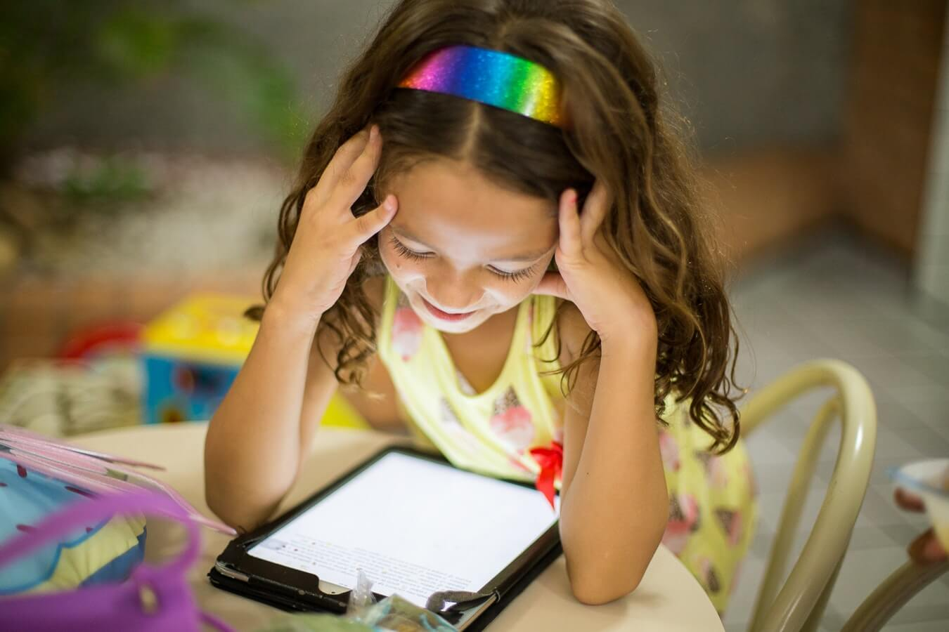 girl plays on tablet